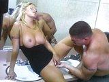 Pohodové mrdání v koupelce s blond andílkem - freevideo