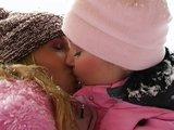 Po práci v mrazu se patří zahřát lesbickým milováním - freevideo