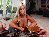 Blond třicítka miluje zvuk kytary a kouření ptáků - freevideo
