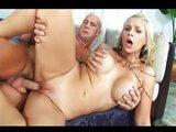 Náruživá blondýnka si umí užít sex - freevideo
