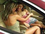 Lesbická rychlovka v autě na lesní cestě - freevideo