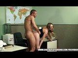 Vnadná sekretářka podrží svému šéfovi v kanceláři - freevideo