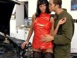 Anita a automechanik šukaj přímo v dílně - freevideo
