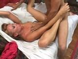 Blond kopretina cáká svůj nektár jako fontánka - freevideo