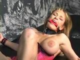Bezmocná blondýnka ojetá šukacím strojem - freevideo