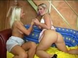 Dvě sexy blondýnky dovádějí se svými hračičkami - freevideo