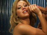Blond striptérka polyká sperma - freevideo