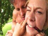 Blond lolitka naražená na dvě klády - freevideo