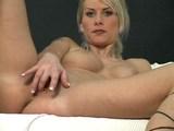 Svůdná blond maminka se spokojí s vibrátorem - freevideo