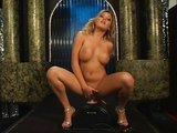 Blond striptérka si užívá s vibračním sedátkem - freevideo