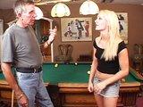 Náruživá blondýnka ojetá na kulečníku - freevideo