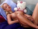 Blond andílek se škádlí oblíbeným dildom - freevideo