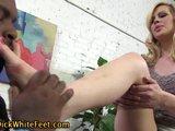 Blond koketka ukájí černou kládu nožkami - freevideo