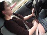 Nadržená třicítka si honí poštěváček v jedoucím autě - freevideo