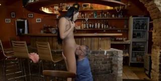 Po dlouhé polízanici brunetka odmění starého barmana kuřbou - freevideo