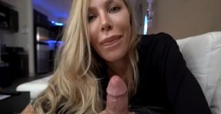 Zralá žena dovádí, její velké prsa jsou pro vás erotika zdrama