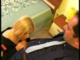 Policistka, která dělá nad rámec svých povinností - freevideo