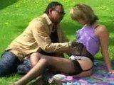 Venkovní šukání s nadrženou blondýnou v prádle - freevideo