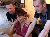 Ruská mamina ošukaná a postříkaná od třech mladíků - freevideo