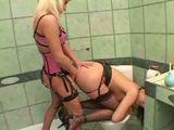 Dvě rozkošné lesbičky se hrají na dominu a otrokyni v koupelně - freevideo
