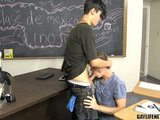 Mladý pohledný kluk protáhne anál a pusu svému nestydatému spolužákovi - freevideo