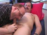 Dva starší pánové si užívají kuřbu, masáž a honění pér - freevideo