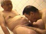 Dva nadržení senioři z Japonska si kouří péra ve sprše - freevideo