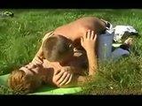 Dv� sp��zn�n� klukovsk� du�e se hezky pomiluj� na zelen� louce - freevideo
