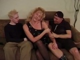 Dva náruživí gayové šoustají společně zachovalou maminu - freevideo