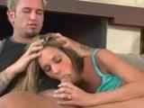 Blonďatá děvka si nechá zastříkat celý obličej horkým spermatem - freevideo