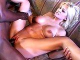 Černá hadice pokropí jemný obličej chtivé blondýnky - freevideo