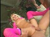 Dívka v růžovém oprcaná a nakrmená dvěma divočáky - freevideo