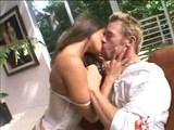 Slečinka v bílém prádýlku s radostí polyká horkou mrdku - freevideo