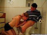 Mladý pár rázně šuká v koupelně. - freevideo