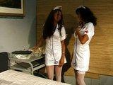Sestřičky provádějí vzájemnou zdravotní prohlídku - freevideo