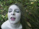 Prsatá baculka si prstuje svou kundičku v lese - freevideo