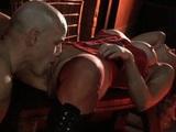 Blondýnka v rudém korzetu si to rozdává v bdsm mučírně - freevideo