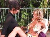 Prsaté lesbičky se ošukaj u bazénu - freevideo