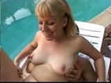 Mrdačka u bazénu končící dvojitým kropením obličeje - freevideo