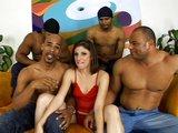 Žhavá brunetka obklopená černými žihadly - freevideo